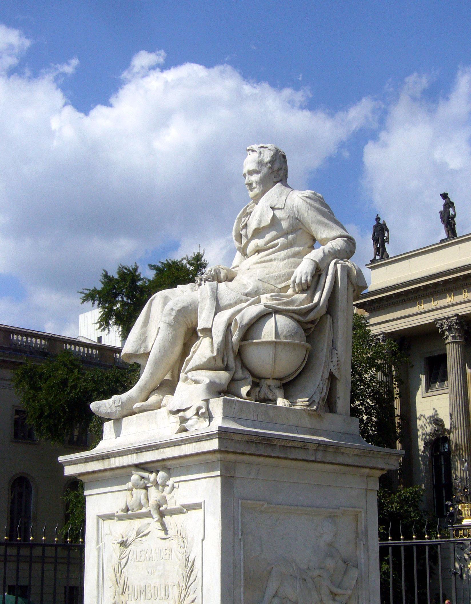 Sittin' on Top of the World II: Alexander von Humboldt-Denkmal vor der Berliner Humboldt-Universität