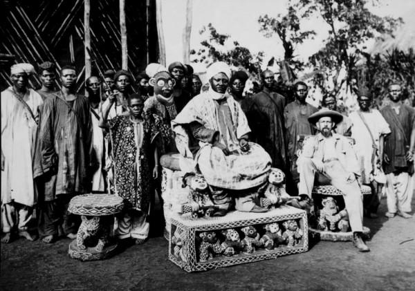 Njoya mit Kopie seines Throns, um 1908
